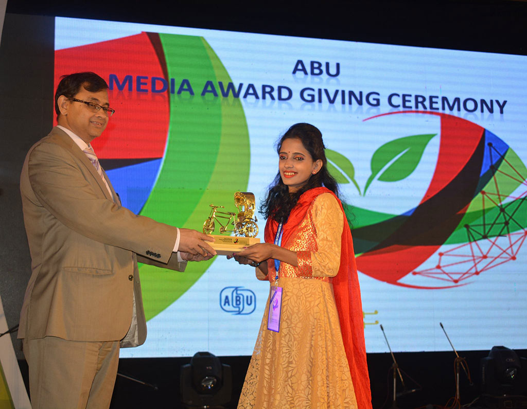 Ankhi-Palit-receives-award