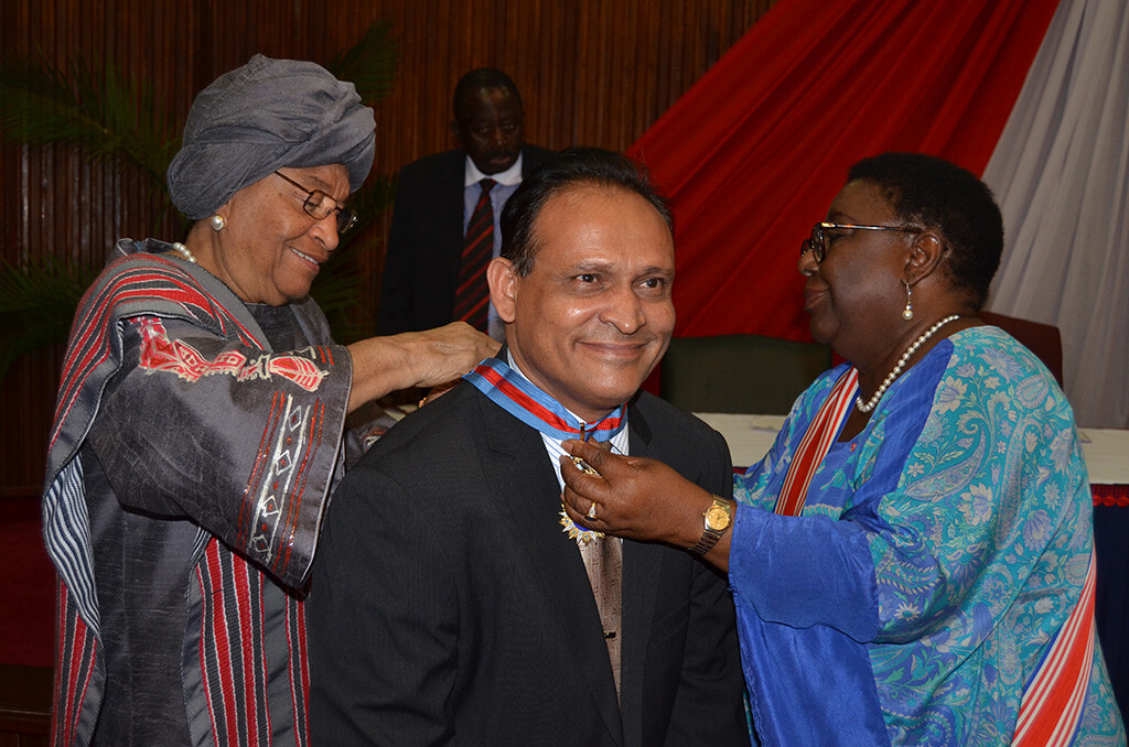 Country-Representative-of-BRAC-in-Liberia-receiving-the-medal-from-Her-Excellency-President-Sirleaf